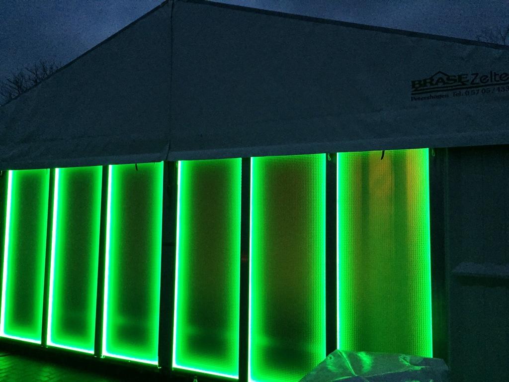 Zelt mit LED-Leuchtwandelementen