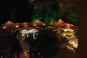 Zelte mit Domfeld beleuchtet